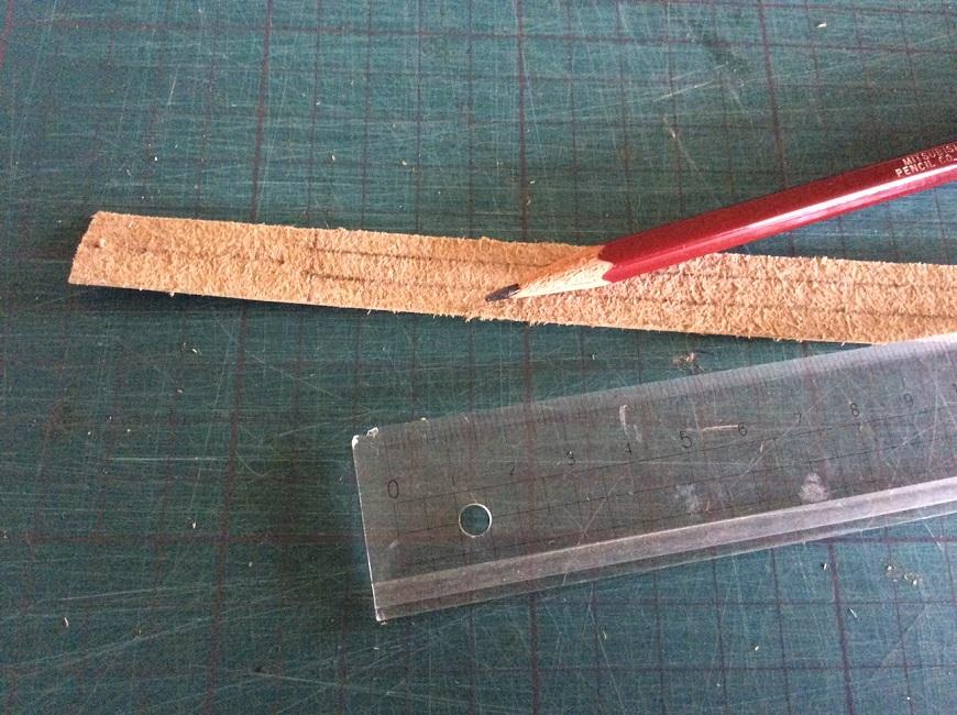 鉛筆と皮紐